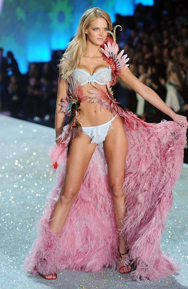 Яркие фрагменты Victoria's Secret Fashion Show 2013/14 - Erin Heatherton