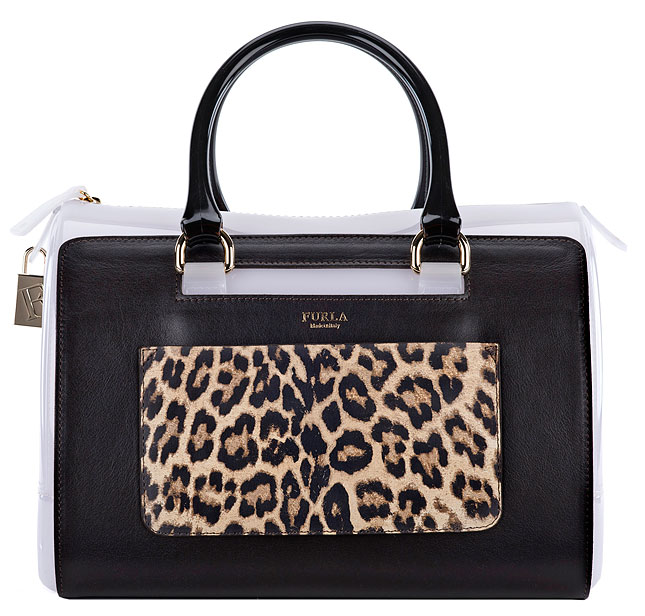 The Candy Bag от Furla -  накладной карман можно носить отдельно как клатч.