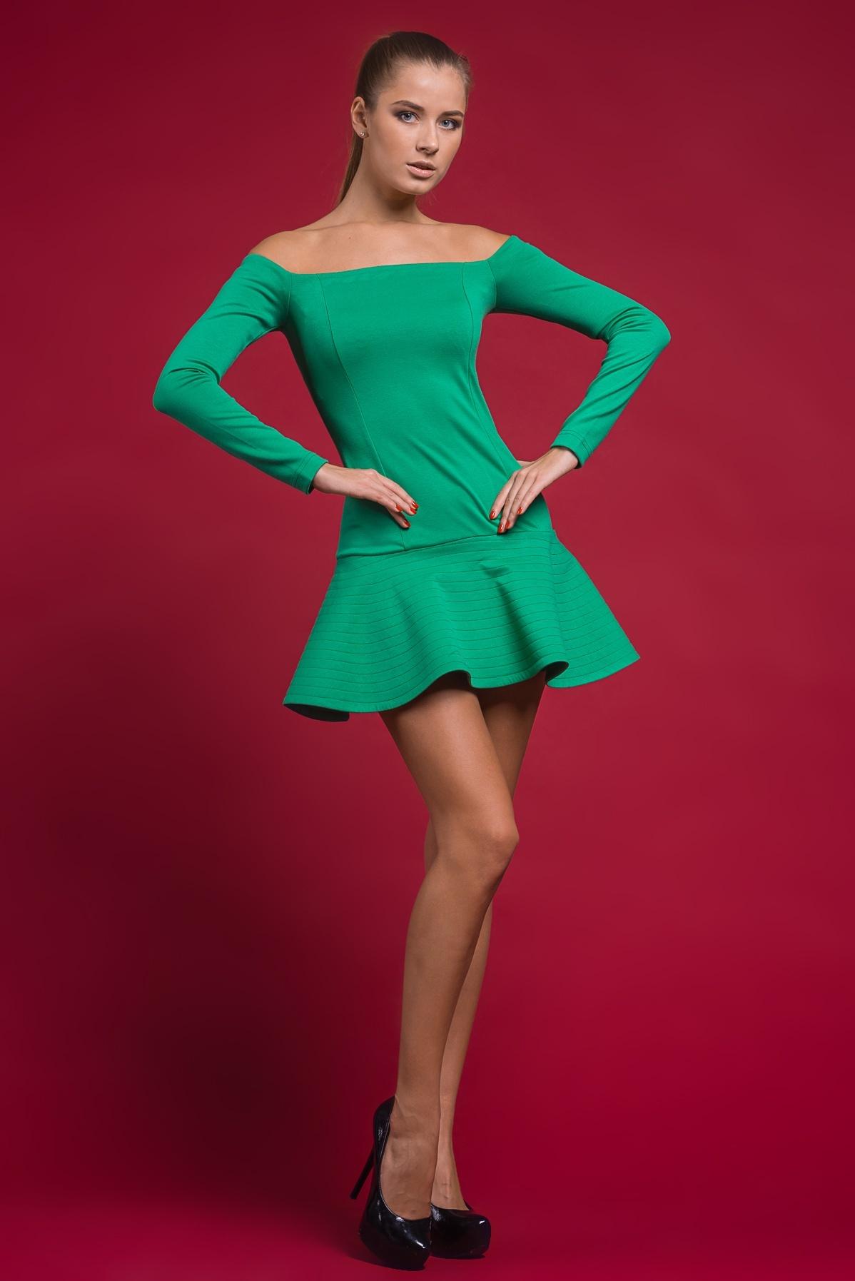 платье с открытыми плечами и минимальной длиной