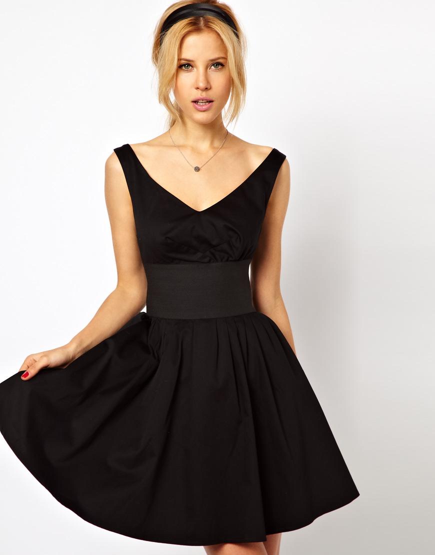 короткое черное платье с широким поясом
